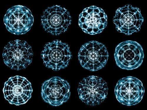 En la siguiente imagen podemos ver hermosos mándalas formados a partir de la vibración. Así pues, al tocar los Cuencos Tibetanos, estamos codificando estos perfectos y ordenados patrones geométricos, en nuestra energía y materia.