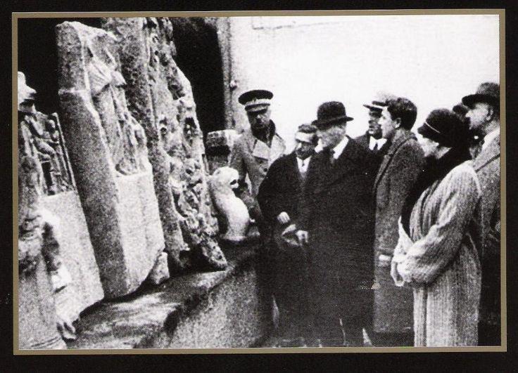 """10 Şubat 1933 MUSTAFA KEMAL ATATÜRK İstanbul Arkeoloji müzesinde eserler hakkında bilgi alırken """""""