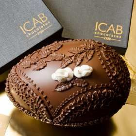 Chocolate Easter Egg. Such detail. #viniciusrojo #champanhecafechocolate #pascoa