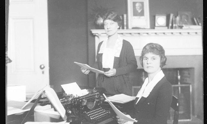 Mulheres trabalham em um escritório do governo americano, com foto do presuidente Warren Harding na parede, 1921-1923 HANDOUT / Biblioteca do Congresso dos EUA
