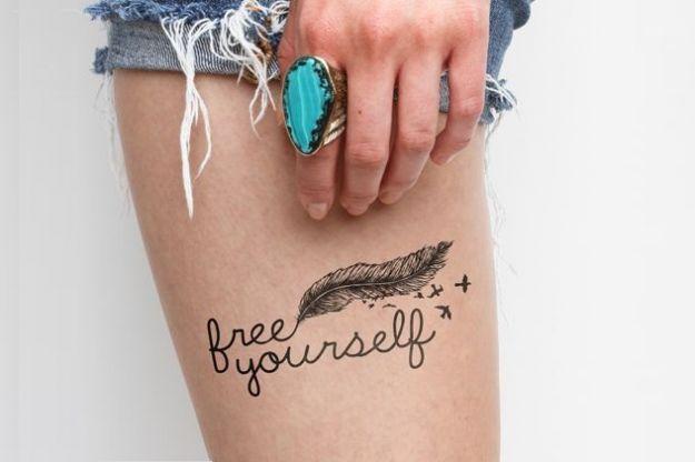 tatuaggio piuma e scritta