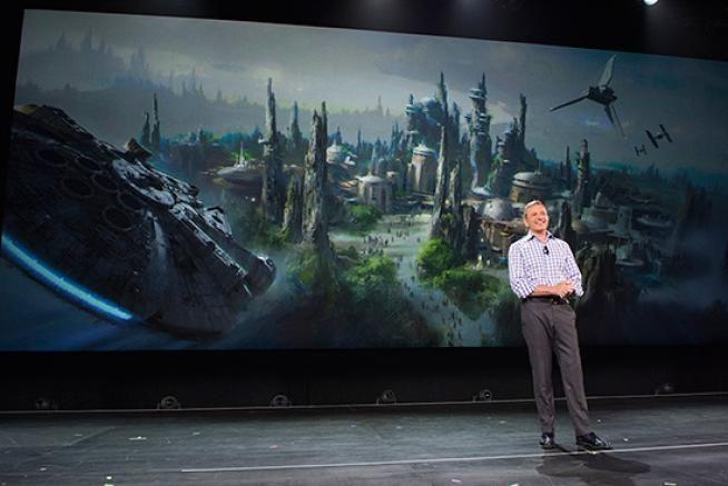 E' Guerre Stellari mania: zone tematiche nei parchi Disney e Rogue One... Il progetto è quello di due enormi attrazioni a Disneyland e Disney World. Sul versante cinematografico, ha un nome il regista di Episodio IX ed ecco il cast dello spin off