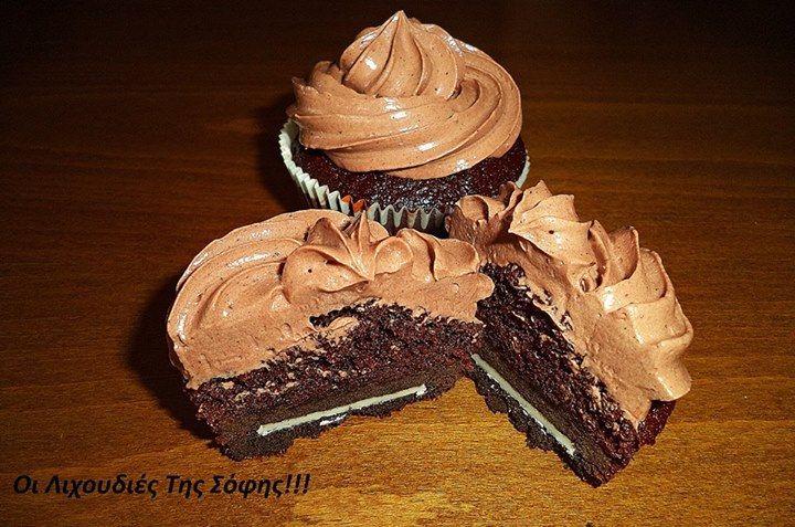 Ζουμερά σοκολατένια μάφινς γεμιστά με μπισκότο και φανταστικό φρόστινγκ με ζαχαρούχο γάλα, το οποίο εγώ προσωπικά το λάτρεψα!!! Μόνο με 2 βασικά υλικά και έπειτα παίζεις με τη φαντασία σου!!! Είναι ιδανικό για γέμιση και επικάλυψη σε κέικ