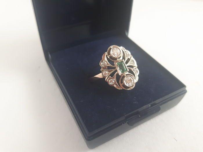 Ring van 14 kt goud met een smaragd en 8 briljant geslepen diamanten – art deco – ongeveer 1950