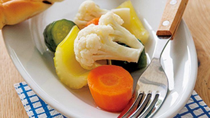 栗原 はるみさんのカリフラワーを使った「ピクルス」のレシピページです。種類の異なる野菜でつくれば、いろいろな味と食感、彩りが楽しめます!前菜やサラダとしてはもちろん、ビールやワインのお供にもおすすめの一品です。 材料: カリフラワー、にんじん、セロリ、きゅうり、A、B
