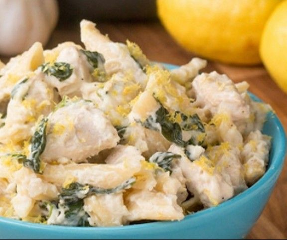Az egyedényes tészták népszerűség töretlen, nem véletlenül. Villámgyorsan elkészülnek, nagyon finomak, és a vízszámlát sem dobják meg, hiszen elkészítésükhöz elég elővennünk egyetlen fazekat. Lássunk egy isteni citromos-csirkés-spenótot változatot.