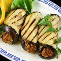 Estos rollitos de berenjena van rellenos de carne molida con hongos y se bañan en una salsa de tomate muy rica.