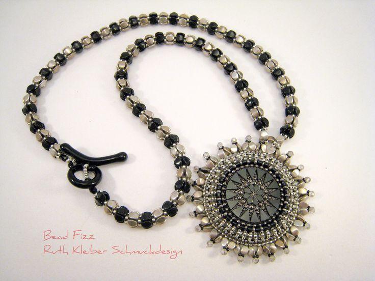 Perlenstickerei Mandala Anhänger, Perlengefädelte Halskette, Schwarz und Silber, Tschechischer Glasknopf, Runder Anhänger, Schwarzer Schmuck von BeadFizz auf Etsy