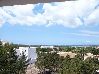 #Formentera - Appartamento in zona tranquilla vicino al centro di Es Pujols. Soggiorno con divano letto e cucina, camera da letto  con terrazza con vista mare, bagno completo.  Grande giardino comunitario