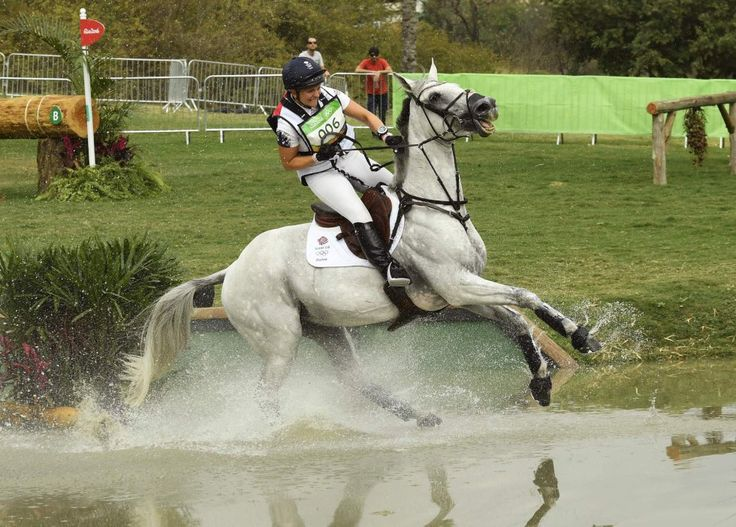 La británica Gemma Tattersall sobre su caballo Quicklook V compiten en un torneo…