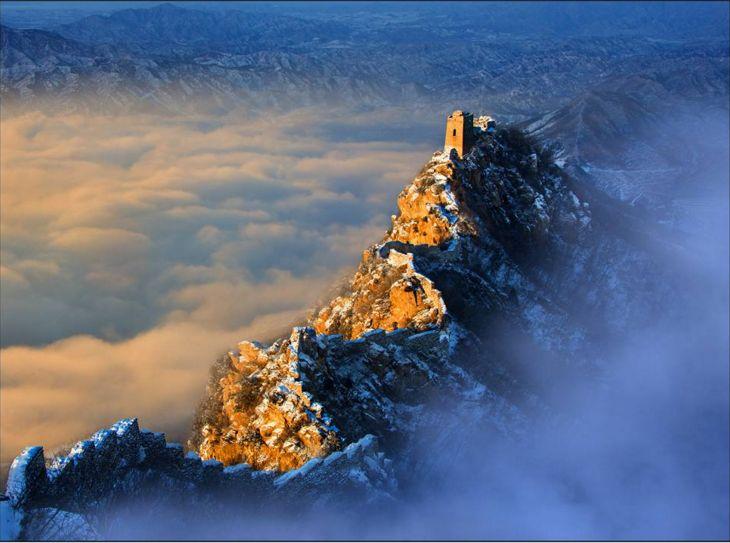 """SUNRISE AT GREAT WALL (Joseph Tam, Simatai, Hebei, Cina, 2012). Il punto in cui si trovava Joseph è la parte della Grande Muraglia più difficile da raggiungere senza gli attrezzi speciali da arrampicata. L'immagine cattura la soggezione ispirata dalla bellezza della grande muraglia, che sembra riflettere la crescita del """"drago"""", la Cina, nel panorama mondiale."""