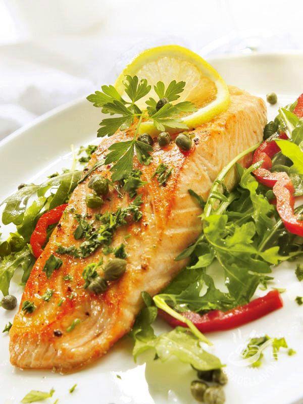 Oltre a gustare il vostro Salmone gratinato con capperi e acciughe nel menu settimanale, provate a servirlo, per un apericena, in pirofiline monoporzione.