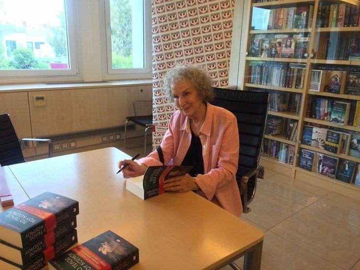 Η Καναδή συγγραφέας Μάργκαρετ Άτγουντ στα γραφεία των Εκδόσεων Ψυχογιός για να υπογράψει αντίτυπα των βιβλίων της.