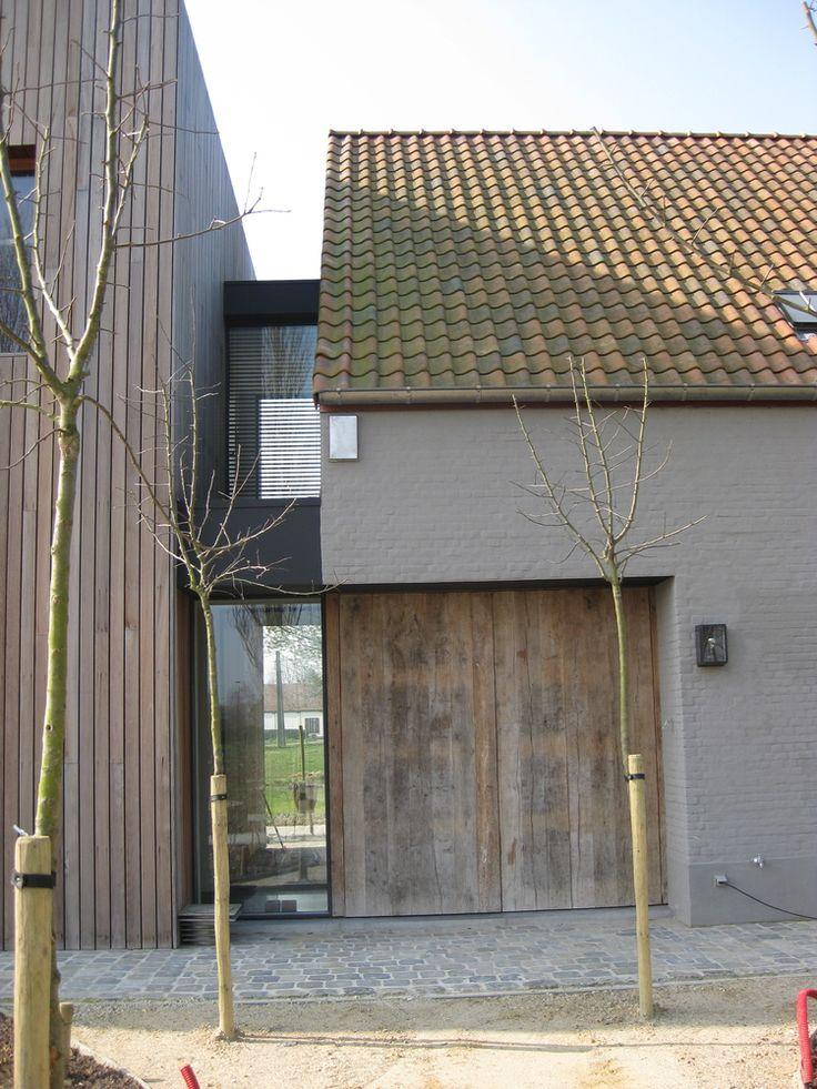 Combinatie van oud en nieuw, mooi mix van gevelbekleding; glas, hout, metselwerk in kleur en oude dakpannen