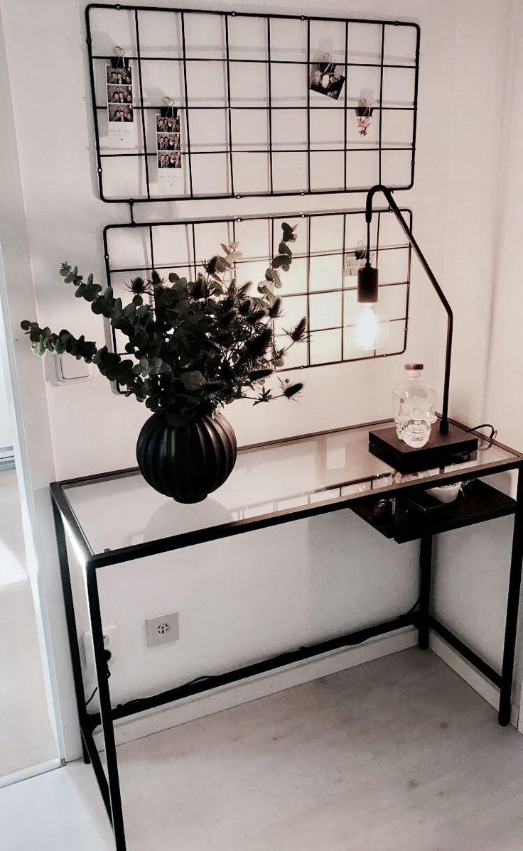 Vittsjö skrivbord - Ikea På väggen: Brusali - Ikea Lampfot och glödlampa - Hemtex Kruka - Hemtex Bukett: Eucalyptus och tistlar Crystal head Vodka