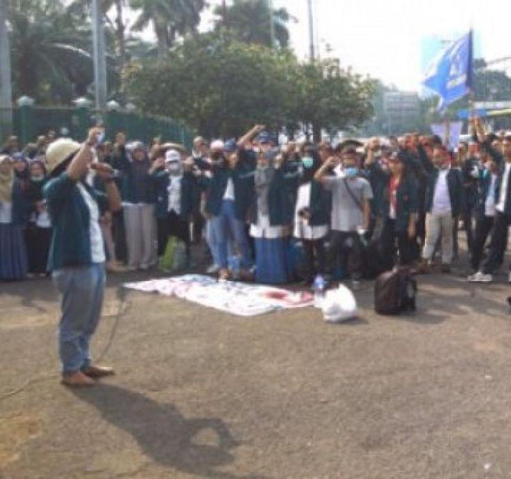 """Mahasiswa Mendesak MPR Turun Tangan Atasi Kemelut Bangsa  KONFRONTASI - Keluarga Mahasiswa Institut Teknologi Bandung (KM-ITB) dan Badan Eksekutif Makasiswa Universitas Indonesia (BEM-UI) menuntut kepada Presiden Jokowi untuk segera menata tata kelola pemerintahan terutama dalam mengeluarkan kebijakan yang tidak berpihak kepada rakyat.  Demikian salah tuntutan yang dikumandangkan saat berunjuk rasa di depan gedung DPR/MPR Senayan Jakarta siang ini (Jumat 19/5).  """"Pemerintah tidak becus…"""