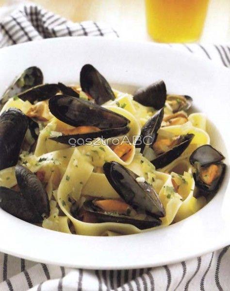 Tagliatelle kagylóval és fehérbormártással | Receptek