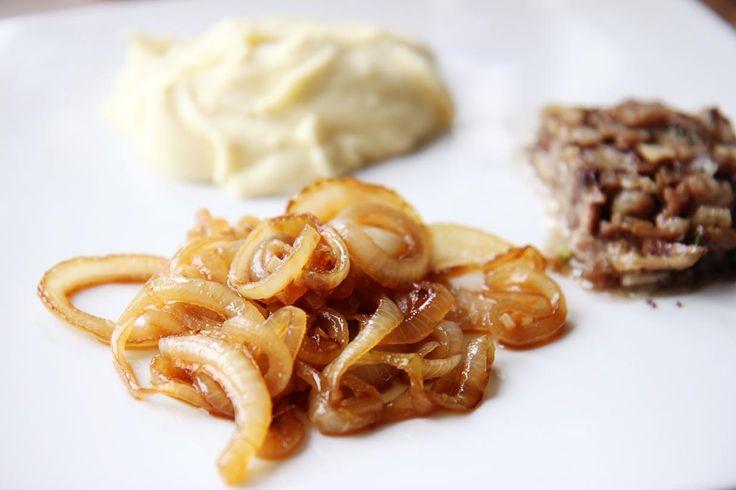 Pihvin kaveriksi suositeltiin perunapyrettä ja karamellisoituneita sipuleita sekä andouillea . Viimeksimainittua makkaraa emme läht...