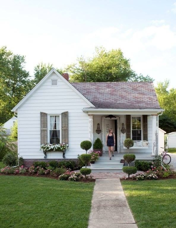 via  the creeping fig- Love this cottage and the way it is landscaped- curb appeal!!! ♥