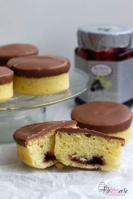 Gangmakers. Een heerlijk cakeje gevuld met jam op een koekbodem. Met of zonder chocolade, met dit recept maak jij ze zelf ook.