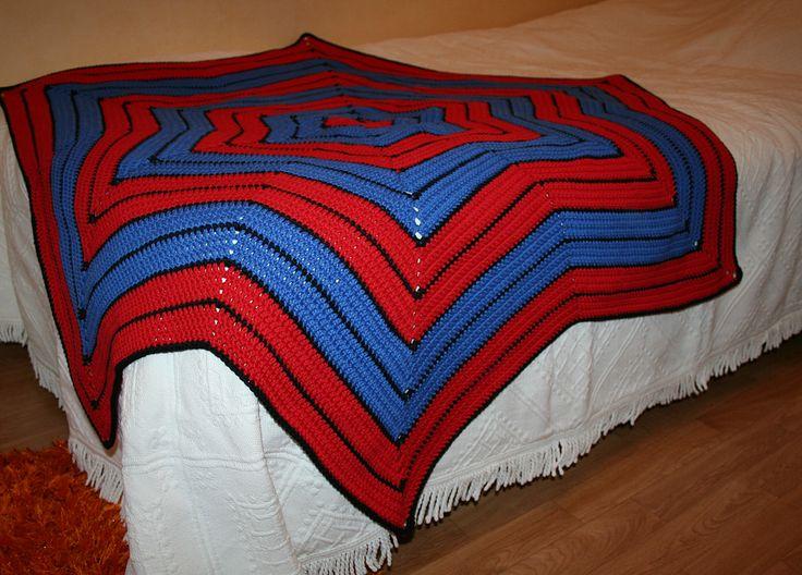Virkad Spiderman filt. Beskrivning: http://lindasdeli.se/blog/stjarnfilt-spiderman/