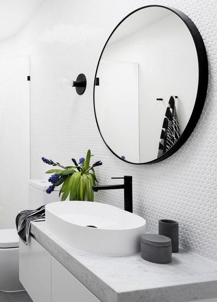 Der perfekte Rundspiegel für Ihr Badezimmer. Schwarz, zeitgenössisch und ein großes Statement Fotografie Martina Gemmola / Interior Design GIA Badezimmer und