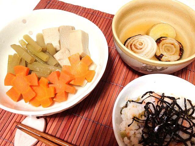 フキを沢山頂いたので大好きな高野豆腐と一緒に煮ました 人参の型抜きがなくて、包丁でお花作ってみたけど…イビツなお花が沢山出来た  さっきアップした炊き込みご飯Beforeのその後です(笑) 高菜の漬け物の塩気が効いてるので特に調味料とか足さなくても十分イケてました  鮭をグリルで焼くついでに お味噌汁に入れる玉ねぎも焼いてみました - 51件のもぐもぐ - フキの煮物、高菜と鮭の混ぜご飯、焼き玉ねぎのじゃがコーン味噌汁 by ikumiki