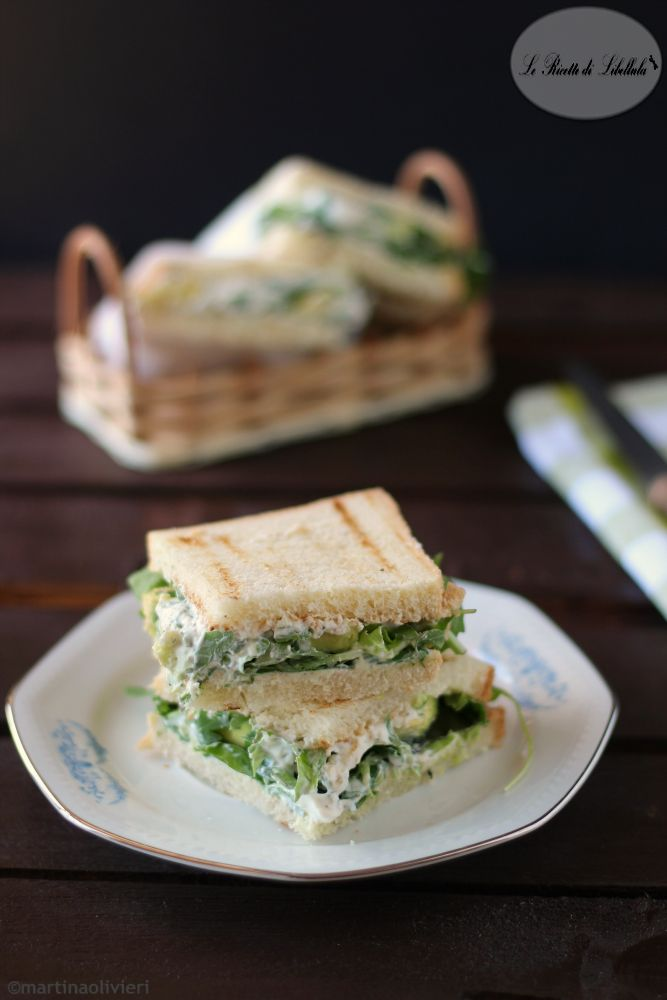 sandwich con crema yogurt e avocado
