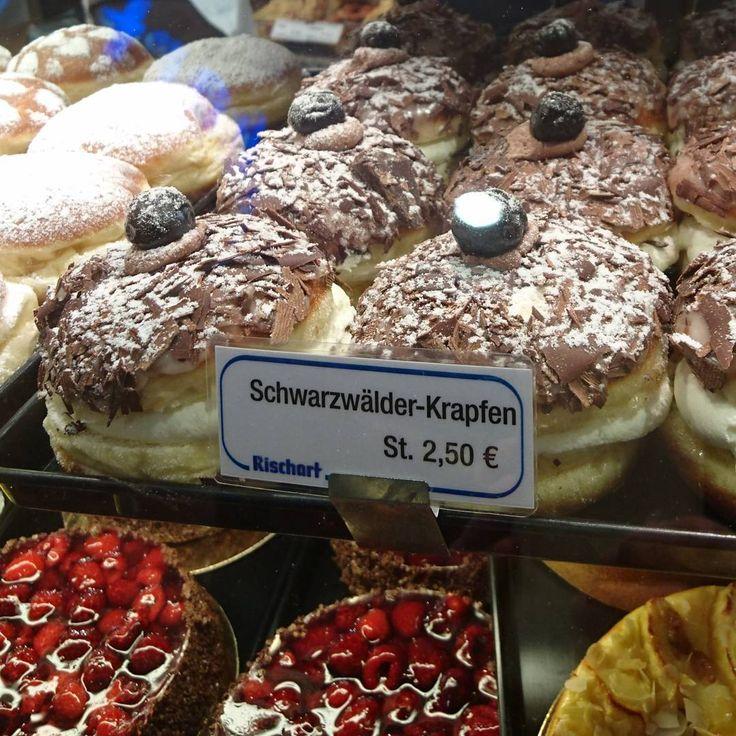 Wer könnte dieser Versuchung schon widerstehen? Aber nach einer ordentlichen Runde Bouldern darf man schon mal einen dicken Krapfen vom @rischart_munich vernaschen! #krapfen #rischart #münchen #vegetarian #whatvegetarianseat #sweets #instafood