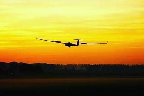 Landing at sundown #soaringplane #soaring #gliderplane #glider #segelfliegen #zweefvliegen #zweven #planephotography #plane #planespotting #avporn #aviationlovers #aviationphotography #instaaviation #vliegen