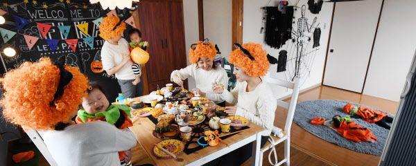 レンタルスペースでハロウィーンパーティーを楽しむ親子連れ(東京都世田谷区)=柏原敬樹撮影