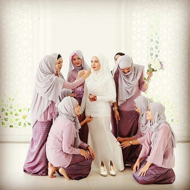 @Regrann from @muslimweddingideas - So sweet! Bridesmaids rule! Lovely photo…