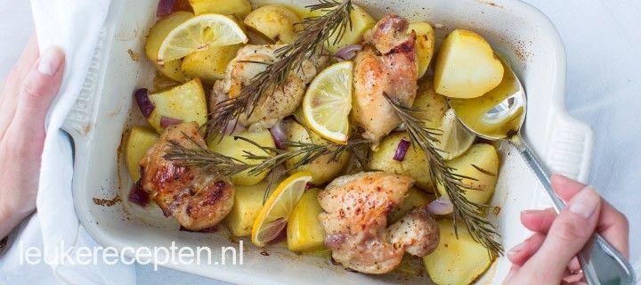 Deze feestelijke ovenschotel met kip, aardappels en honing-mosterd marinade is altijd goed!