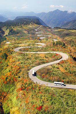 雲上は秋真っ盛り-。立山黒部アルペンルートで紅葉が見頃を迎えている。晴天に恵まれた7日は、七曲(1680メートル)や弘… #立山 #紅葉 #立山黒部アルペンルート