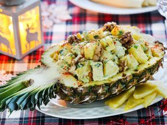 Hier finden Sie ein Rezept, das ideal zu Weihnachten passt: der Salat mit Hähnchen und Ananas. Probieren Sie aus, es ist sehr lecker!