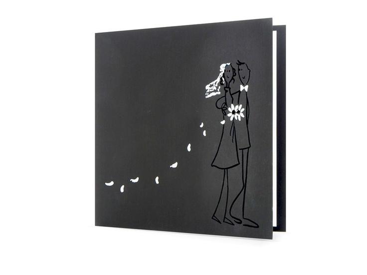 97.1402 Zwarte trouwkaart met echtpaar en witte bloemblaadjes, 47.1402 - Trouwkaarten.Familycards.nl