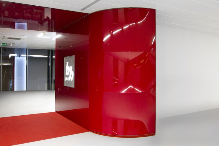 Membrana na łuku ścianki jest dodatkowo wypychana za pomocą  dystansów, tworząc finalnie wzór przypominający ćwierć beczki. Za ścianką zostały ukryte drzwi do pomieszczenia technicznego.