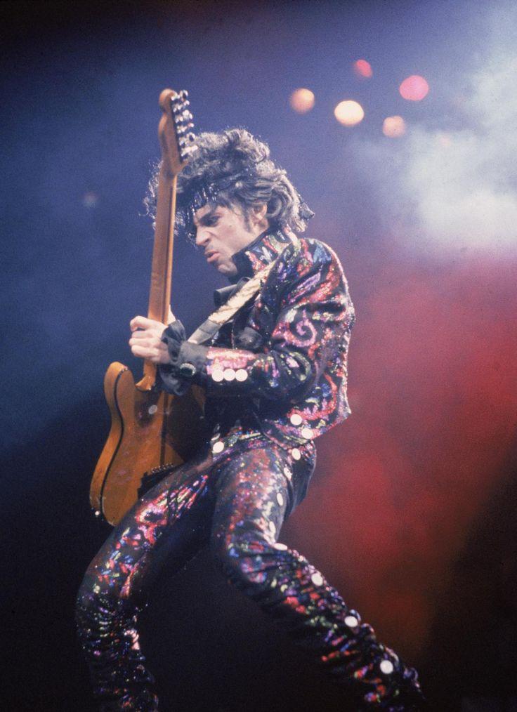 Prince, le dandy funk New York, 13 septembre 1984.  Pour mieux accompagner sa musique, Prince adopte souvent des costumes aux motifs psychédéliques.