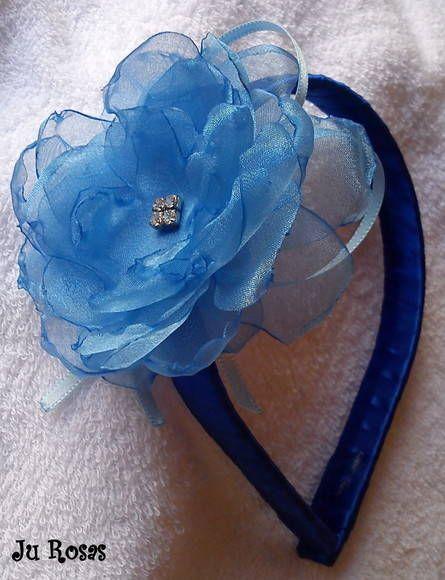 Tiara encapada com fita de cetim,com flor de organza com detalhe em strass..