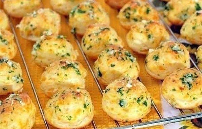 Vynikající malé francouzské chuťovky vhodné ke snídani nebo k večeři.