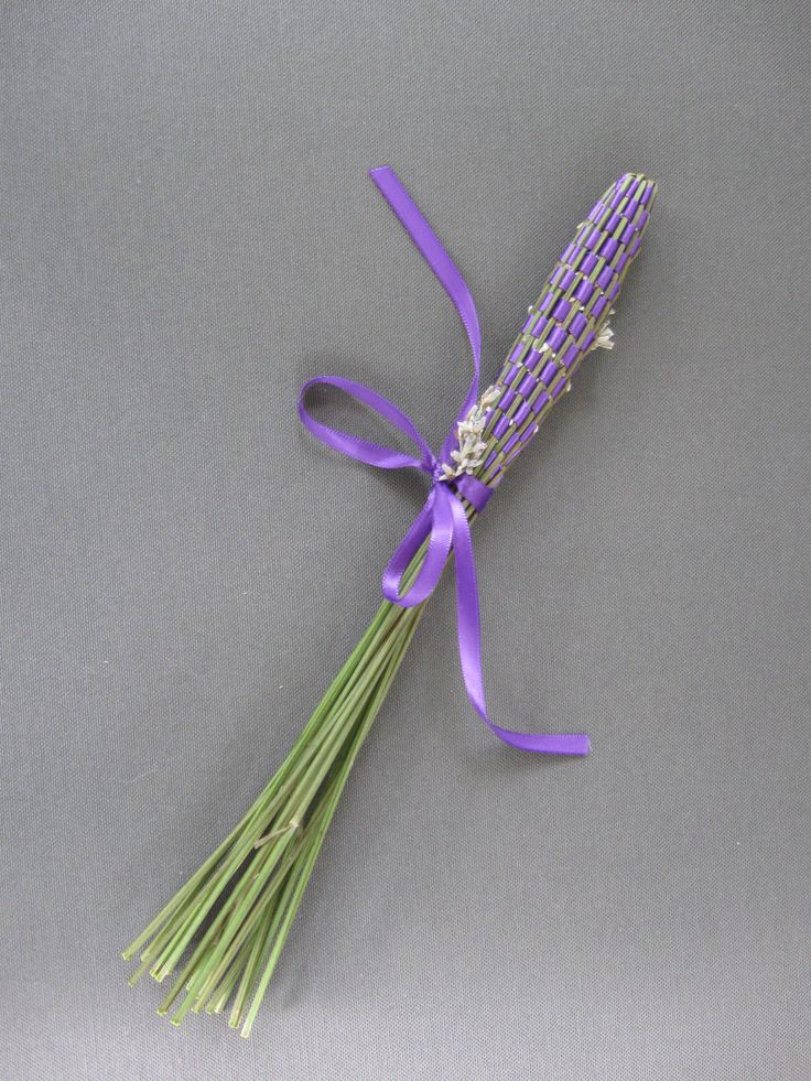 These beautiful lavender wands would be a great garden/art project for kids.