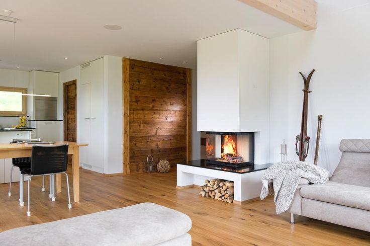 offener kamin im rustikalen wohnzimmer ofen pinterest k chen essbereich holzverkleidung. Black Bedroom Furniture Sets. Home Design Ideas