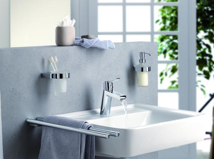 Baterie pentru lavoar si accesorii pentru baie.