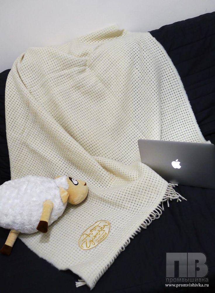 Вышивка на вязаном пледе на свадьбу