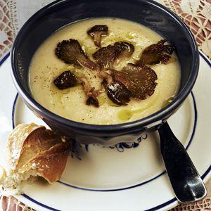 Crèmesoep van knolselderij met notenolie, gebakken paddenstoelen en pastinaak