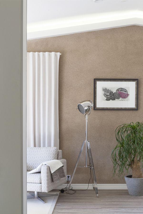Upea, hiekansävyinen tehosteseinä on käsitelty Tikkurilan Tunto Kivi -kivipinnoitteella, sävy 27 Aurinkokivi. #trendit #tikkurila #maalit #maalaaminen #sisustus #tunto #mökki #asuntomessut #harmaa #olohuone #takka #tulisija #seinä #lautaseinä #efekti #paint #interior #design #scandinavian