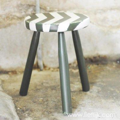 Stoer opgeknapt en geschuurd krukje in nautische sfeer. Handig voor bij de tafel of te gebruiken als tafeltje.    Verkrijgbaar op www.lieflijk.com
