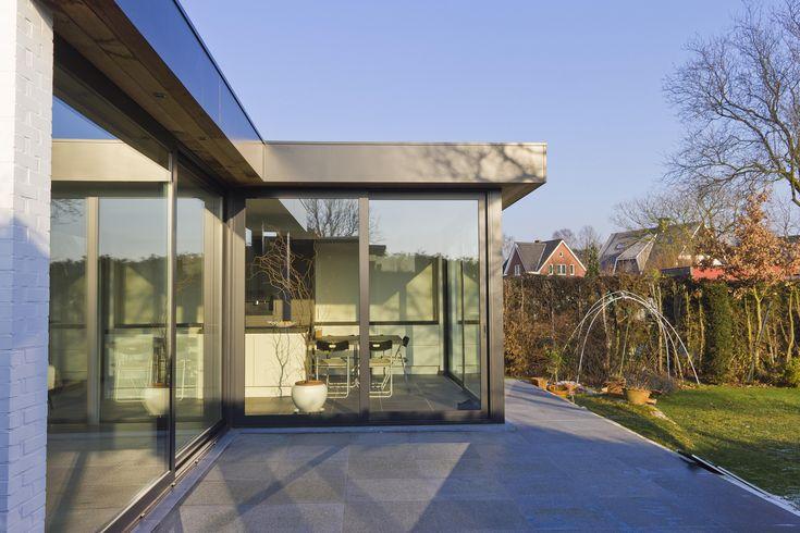 https://flic.kr/p/c8PBzS | Aluminium woonveranda modern, uitbouw keuken, woonveranda | Woonveranda modern : buitenaanzicht zijkant op schuifraam Reynaers en dakrandafwerking met vlakke alu plaat en ceder (ADR Construct)