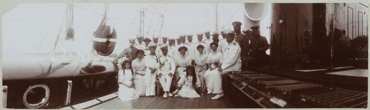 O Czar Nicolau II e seus filhos com os oficiais do Standart e duas damas de companhia, no convés do Standart. 1911.