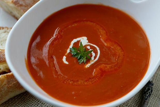 Φτιάξαμε όμως μια κατακόκκινη σούπα να μας φτιάξει τη διάθεση. Κόκκινη σαν χριστουγεννιάτικη αγάπη αλλά με άρωμα ανάμνησης καλοκαιριού.